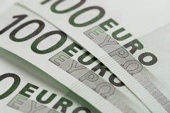 De euro bankbiljetten sluiten omhoog Honderden euro bankbiljetten royalty-vrije stock afbeeldingen