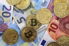 De Euro bankbiljetten van de EU van Bitcoinmuntstukken Royalty-vrije Stock Afbeeldingen