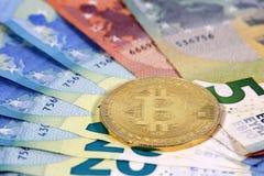 De Euro bankbiljetten van de EU van het Bitcoinmuntstuk Stock Afbeeldingen