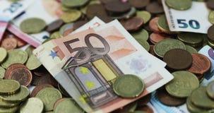 De de euro muntstukken en bankbiljetten van de geldmunt stock videobeelden