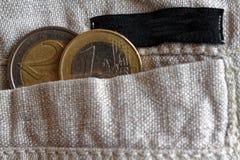 De euro muntstukken met een benaming van 1 en 2 euro in de zak linnen hijgt met zwarte streep Royalty-vrije Stock Foto's