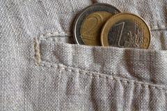 De euro muntstukken met een benaming van 1 en 2 euro in de zak versleten linnen hijgt Royalty-vrije Stock Foto