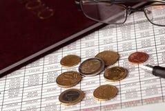 Euro muntstukken en glazen Royalty-vrije Stock Afbeeldingen