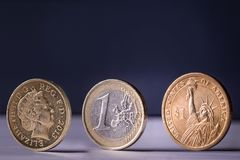 De euro muntstukken van de ponddollar op rij duidelijke achtergrond royalty-vrije stock foto's