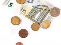 De euro rekening en het muntstuk leggen over de Europese Unie kaart Stock Fotografie