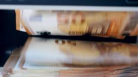 De euro rekeningen worden mechanisch geteld stock footage