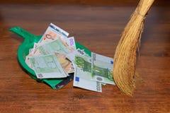 De euro van het bezembereik op houten achtergrond Stock Foto