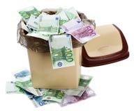 De euro van het geld in bak. De instorting van de munt. Stock Foto's