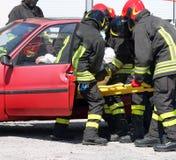 De Europese brandbestrijders in actie en trekken verwond van ca Royalty-vrije Stock Foto's