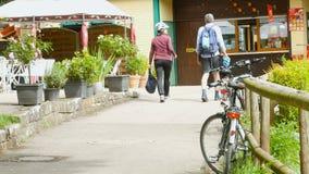 De Europese gepensioneerden die na fiets lopen berijden stock footage