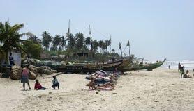 De Europese toeristen hebben een rust op de Afrikaanse overzeese kust Stock Afbeeldingen