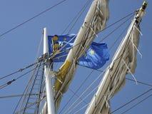 De Europese vlag in het optuigen van brig Mercedes Stock Afbeeldingen