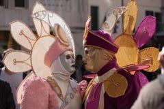 De eviga vännerna på den Venedig karnevalet Royaltyfri Foto