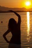 De excercising Yoga van de vrouw tijdens zonsopgang Stock Afbeeldingen