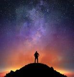 De excursionist neemt een heldere hemel waar Royalty-vrije Stock Foto