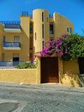 De exotische architectuurbouw - modern geel huis stock foto's