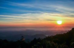 De exotische mooie rode ruwe hemel van de wolkenzonsondergang in ochtend Stock Fotografie