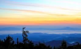 De exotische mooie rode ruwe hemel van de wolkenzonsondergang in ochtend Stock Foto's