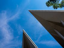 De exotische vormen van dak van modren de bouw en heldere blauwe hemel royalty-vrije stock foto's