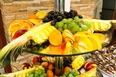 De exotische vruchten liggen op de gelaagde glasplaten Stock Foto