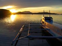 De exotische zonsondergang van de kleine boot @ stock fotografie