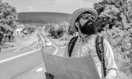 De Expeditor backpacker kaart kijkt richting het reizen Rond wereldexpeditie De kaarthulp vindt juiste richting als verloren word royalty-vrije stock fotografie