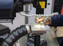 De exploitant gebruikt de machine van het laserlassen Stock Afbeeldingen