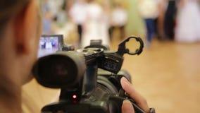 De exploitant schiet een film en het kijken op camcordervertoning tijdens het schieten stock videobeelden