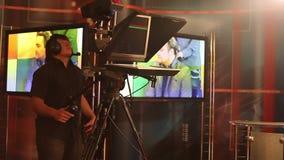 De exploitant in de studio die voorbereidingen treffen te leven uitzendend stock video