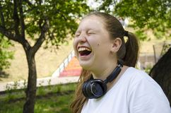 De explosieve emoties van het tienermeisje Boom op gebied stock foto's