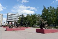 De expositie van het artilleriemateriaal tijdens de grote Patriottische oorlog bij het Museum van defensie van Moskou in het Olym Stock Afbeeldingen