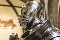 De expositie van middeleeuwse die pantser en ridderridders in het Beierse Nationale Museum in München worden voorgesteld stock afbeelding