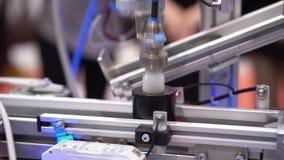 De Expositiecentrum van het roboticatransportband Geautomatiseerd Hulpmiddel stock videobeelden