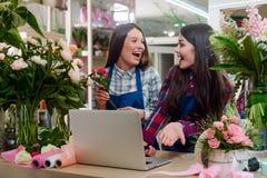 De extatische bloemisten in bloem winkelen royalty-vrije stock foto