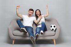 De extatische de man van de paarvrouw voetbalfans juichen steun omhoog favoriet team met voetbalbal expressieve het gesticuleren  stock foto