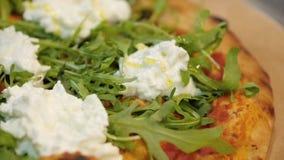 De extra daling die van de vergineolijfolie op Italiaanse pizza vallen stock footage