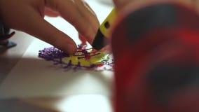 De extra jongen van de close-uptiener gebruikt een 3D pen Hij creeert een 3D cijfer van plastiek stock videobeelden