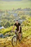 De extreme berijdende fiets van de bergfietser op rotsachtige sleep bij sunshiny dag royalty-vrije stock afbeeldingen
