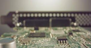 De extreme macro dolly schot van een PCB-computerraad met condensatoren en transistors stock video