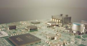 De extreme macro dolly schot van een PCB-computerraad met condensatoren en transistors stock footage