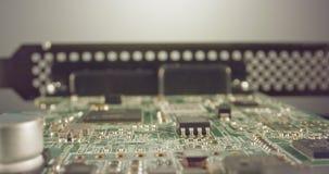 De extreme macro dolly schot van een PCB-computerraad met condensatoren en transistors stock videobeelden