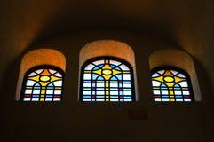 De färgrika fönstren i kyrkan fotografering för bildbyråer