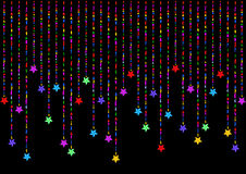 De färgrika hängande stjärnorna på en svart bakgrund Arkivfoto