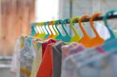 De färgrika hängarna är ordnade i ett propert och ordningsamt sätt arkivfoton