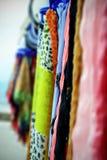 De färgrika kvinnasjaletterna Fotografering för Bildbyråer