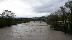De förstorade Piave flodpasserandeen till och med Belluno under ett intensivt regn arkivfilmer
