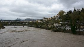 De förstorade Piave flodpasserandeen till och med Belluno under ett intensivt regn stock video