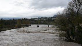 De förstorade Piave flodpasserandeen till och med Belluno under ett intensivt regn lager videofilmer