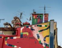 De façade peinte étrange sur un bâtiment à Rijeka avec la vue sur l'horizon images stock