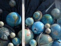 De façon générale, collection de globes dans une fenêtre Photos stock